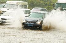 全国暴雨,恶劣天气如何注意行车安全?