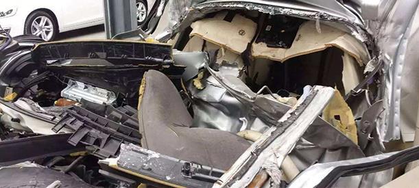 """传祺GS4被撞""""肢解"""" 车祸还是人祸?"""