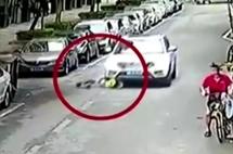 4岁男童街头独自玩扭扭车,遭路过车碾压,网友:车主真冤?