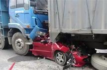 车前后已被挤扁,车主竟毫发无损!非承载SUV确实不是盖的!