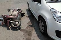 奔馳4S店員工駕車撞人,無辜車主拒出保險!律師:沒毛??!
