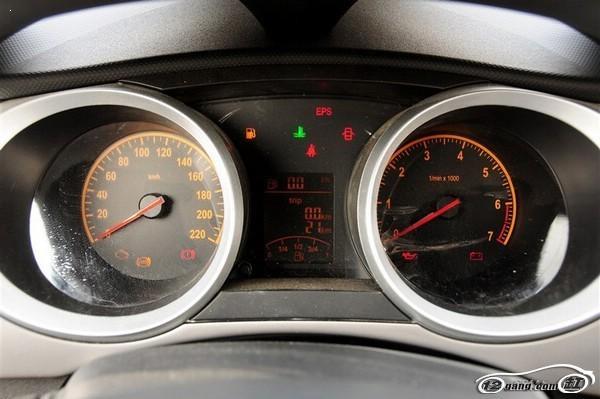 标致207的后电动车窗位于排挡杆后方后排中央杯架的上方,难道后面的电动车窗就只能后排的乘客来操作吗? 最后,缸哥(微信号kf12gang)得出了一个结论,这样的布局可以少安装3个车窗按键,大大地节省了成本! 三、雪佛兰赛欧   雪佛兰赛欧的电动车窗按钮是排成一排的。如果您对这台车并不熟悉,操作的时候看到一排按钮估计马上就头晕了。 四、江淮悦悦   江淮悦悦的玻璃升降按键也有一样的问题,这样的布置十分靠记忆力! 五.