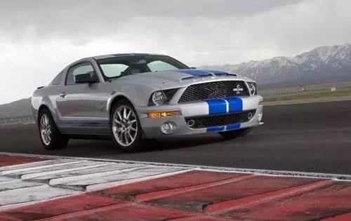 当时福特野马已经推出了第五代车型,在此基础上,shelby在2006年