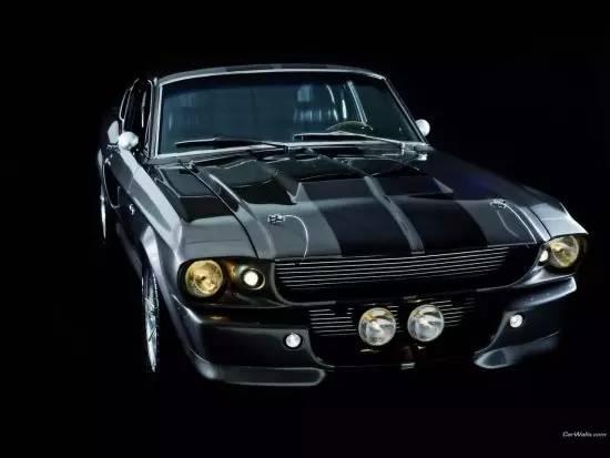 1967年,随着拥有fastback设计的新款野马问世,对车迷有着致命诱惑力的Shelby GT500也进入人们的视线。当时福特为这款车型打造了一台7.0L V8发动机,该发动机的最大功率可达340马力,最大扭矩597牛米,这样的数据在当时已经完全赶超了对手,成为了当时野马车迷们竞相追逐的车型,这一款车型的诞生可以说把野马的发展推到了巅峰。我们前面说的尼古拉斯凯奇《极速60秒》中的座驾就是这一款。