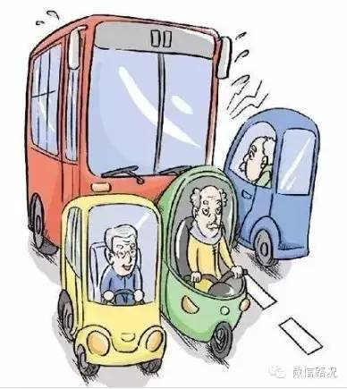 其实很多车主更关心的是,如果路上与老年代步车发生碰撞,那么事故责任如何判定呢?  首先,老年代步车属于机动车,因此发生交通事故,一律按照普通交通事故处理,判定双方责任的大小。而因为老年代步车没有路权,没有合法牌照,已属于违法,所以一旦发生道路交通事故,将承担事故的绝大部分,甚至全部责任。