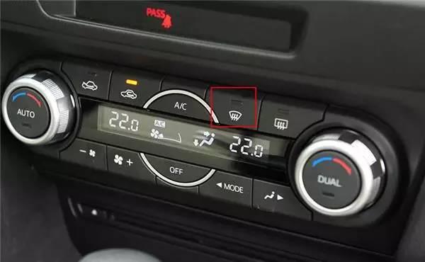 较为便捷的方法自然是打开车窗,使车内外温度差消失,内侧玻璃上的雾气也会快速凝结消失。可是大冬天的,这种做法实在让人难受。当然还可以打开前车窗除雾按键,空调会迅速使用最大风对内侧玻璃吹干。如果不是很严重的起雾,一般很快就能看出效果。